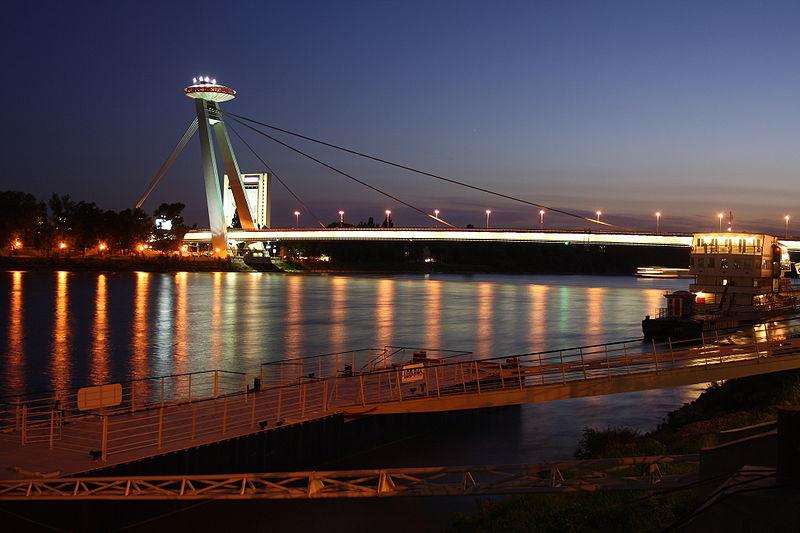 Il ponte Nový most di Bratislava di notte